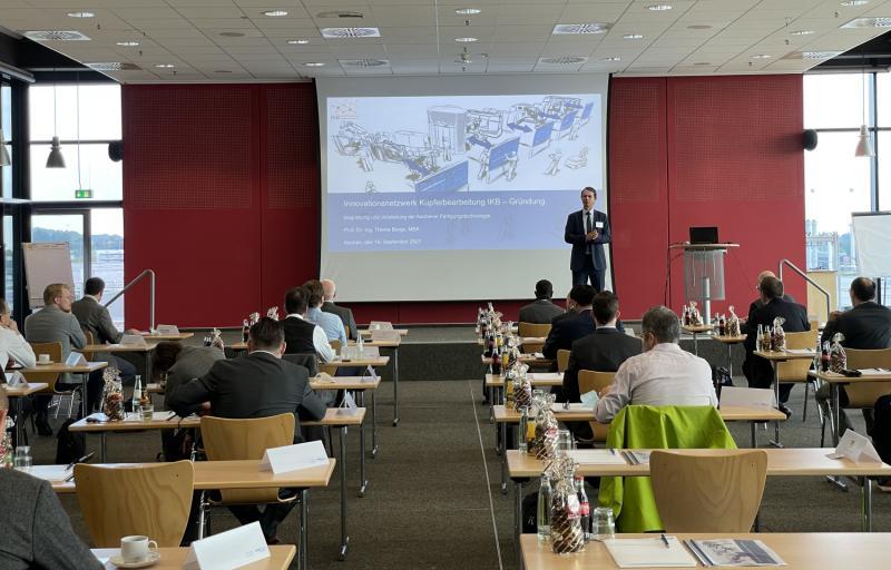 Prof. Thomas Bergs, Inhaber des Lehrstuhls für Technologie der Fertigungsverfahren am WZL der RWTH Aachen, leitete die Sitzung an