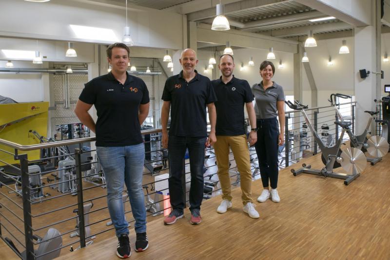 Fetzer + Pfund in Kempten ist eine von über 4.000 Sport- und Gesundheitseinrichtungen in ganz Deutschland, in der CERATIZIT-Mitarbeiter jetzt kostengünstig trainieren können. CERATIZIT-Projektleiterin Ramona Haertle (r.) und Hannes Götze von qualitrain (3.v.l.) haben sich das Trainingsangebot gemeinsam mit Geschäftsführer Robert Pfund (2.v.l.) und Linus Ernst, Bereichsleiter Gesundheit f+p, angesehen.