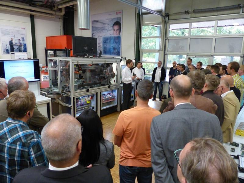 Welche Möglichkeiten sich für den Service durch die digitale Vernetzung von Maschinen ergeben, erfuhren Bosch Rexroth-Kunden im InnovationLab.