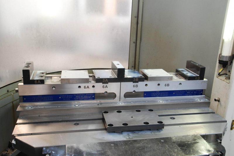 Flexibilität erhalten: Die festsitzende Mittelbacke lässt sich entfernen und z.B. gegen eine Unterlagplatte für das Spannen von nur einem Werkstück austauschen.