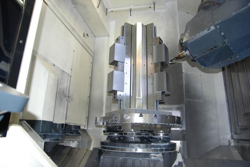 Der gesamte Aufspannturm sitzt mitsamt Grundplatte auf Paletten-Spannköpfen von Röhm mit sehr großen Einzugskräften.