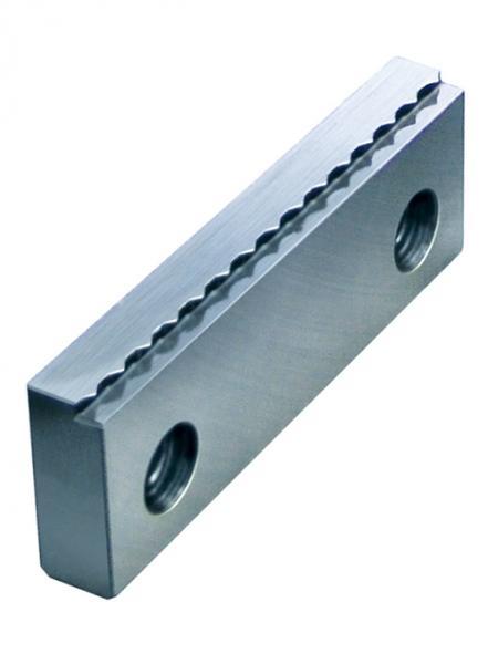 Ideale Ergänzung zum RZM: Mit Röhm-SKB-Krallenbacken lassen sich Roh- und Sägeteile auf einer Spanntiefe von zwei Millimetern sicher spannen.