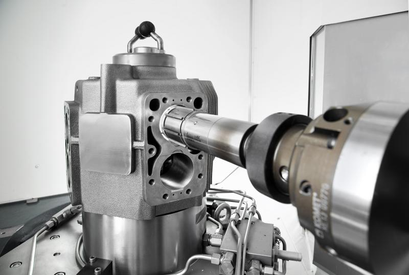 Often, honing is regarded as a very specific process that requires the use of special honing machines. However, experience has shown that, given the corresponding technological know-how, the operation can be transferred to a machining centre, resulting in a robust and easy to control process.