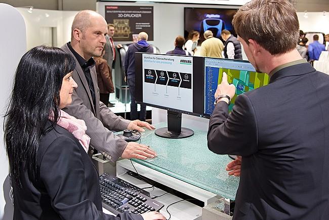 Station 1 – Produkt designen: Wie der Freeformer ausgehend von STL-Daten additiv einen Prototypen fertigt und wie sich damit das Produktdesign beschleunigen lässt, stellte Arburg an einem CAD-Arbeitsplatz vor.