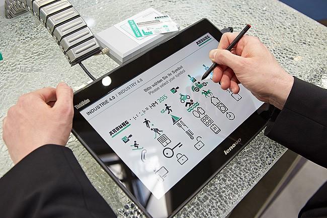 Station 2 – Auftrag erfassen: Jeder Besucher konnte eine individuelle Symbol-Namens-Kombination wählen. Die Daten wurden auf einer RFID-Chipkarte gespeichert.