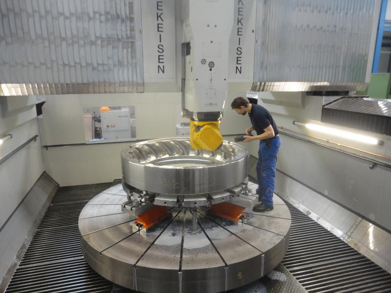 Practical test on the firm's own premises: Kekeisen has manufactured 70 per cent of its machinery in-house. The family firm's employees are thus in principle the first testers as well, e.g. for a portal milling machine.