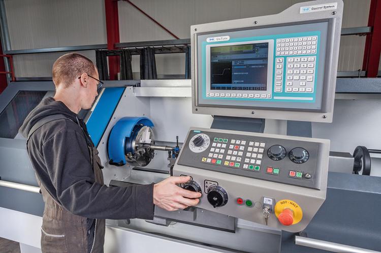Bei der Wartung und Modernisierung von Werkzeugmaschinen sowie der Steuerungstechnik ist R&D Maschinenbau zuhause. Jetzt erweitert das Unternehmen sein Angebot mit Fertigung und Vertrieb einer neu aufgelegten Zyklendrehmaschine.