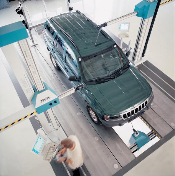 Horizontalarm-Messgeräte bieten eine optimale Zugänglichkeit von allen Seiten, z. B. bei der Messung von Karosserien.