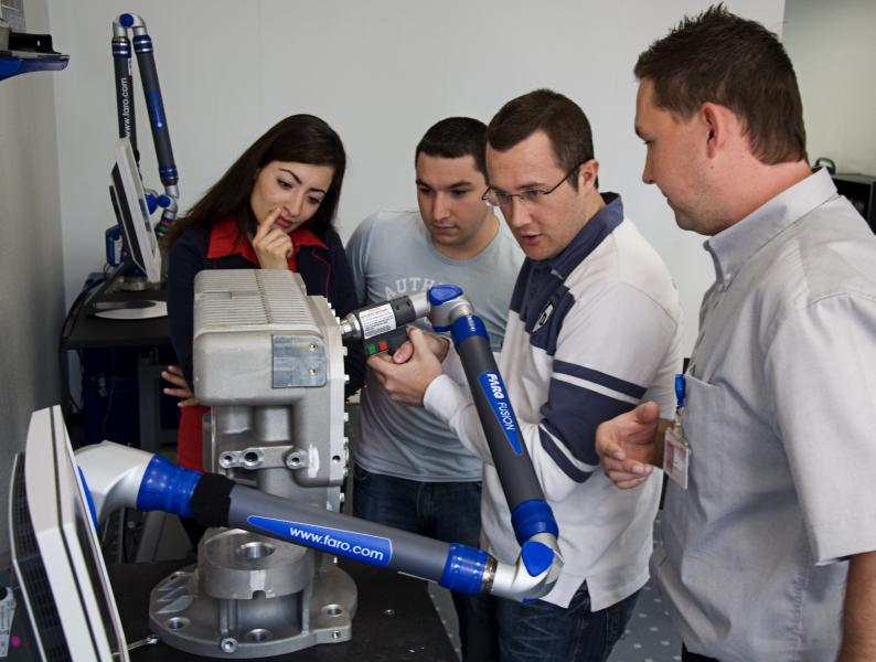 A measuring instrument is only as good as its user. Training events in the shape of courses and workshops communicate practical expertise.