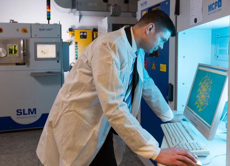 Ein langer Weg seit Gutenberg: Zu Anfang des Buchdrucks war der Drucker ein hochangesehener Spezialist und Handwerker. Das Gleiche lässt sich heute von den Experten des 3D-Drucks sagen. Siemens-Forscher Olaf Rehme analysiert ein CAD-Modell für sein nächstes Druck-Objekt.