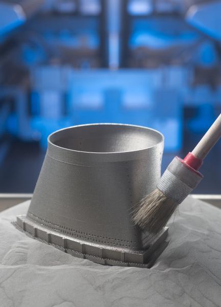 Vom Eckigen zum Runden - mehr Freiheiten im Produktdesign: Dieses kurze Rohrstück verbindet zwei Teile einer Gasturbine. Der fließende Übergang von einer runden in eine eckige Form ist mit herkömmlichen Produktionsverfahren schwierig herzustellen. Mit 3D-Druckern geht es ganz einfach.