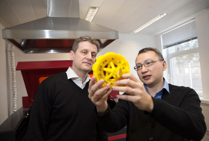 A solution for tricky innovation problems: Dr. Xiaoxun Zhu (right), Head of CT China, seen explaining the technical possibilities, as exemplified by a 3D-printed part, to CT researcher Tomas Burda in Siemens' Design Thinking Laboratory.