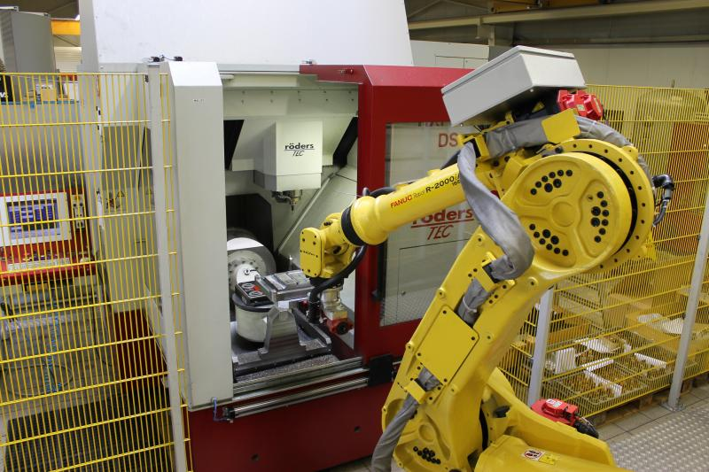 """Kostengünstiger Einstieg: MFL verwendet einen gebrauchten Roboter auf einer 15 Meter-Schiene, den die Niedersachsen in einer kleinen Zelle per so genanntem Teach-in """"eingewiesen"""" haben."""