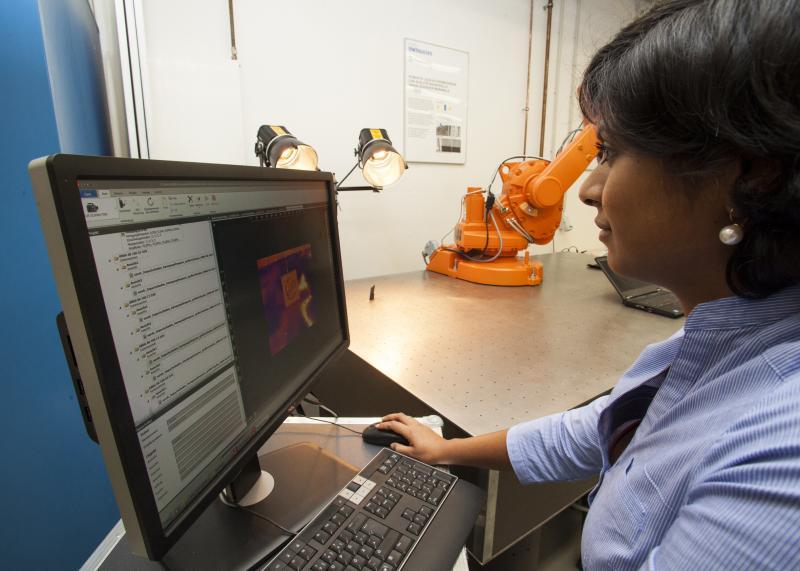 Auch Anwender von Messtechnik (hier Forscher am Aachener Lehrstuhl für Fertigungsmesstechnik und Qualitätsmanagement) wünschen sich wie beim Smartphone den bequemen Umgang mit Daten. WZL, Aachen