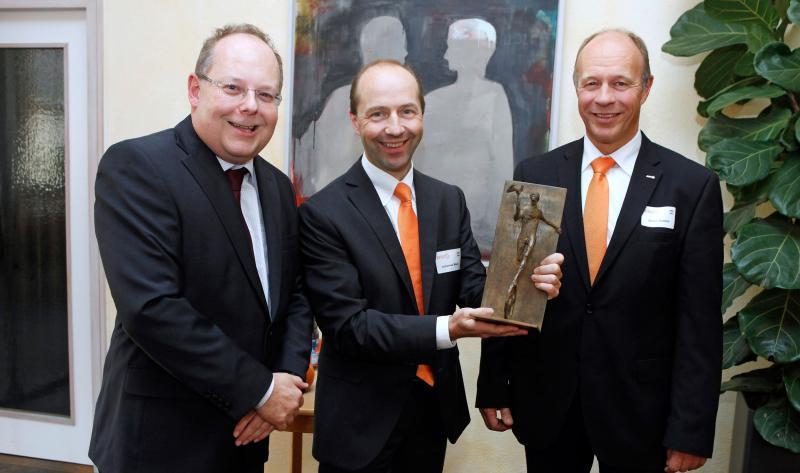 """Steffen Kögel (IHK), Johannes Maier (AMF) und Volker Göbel (AMF) bei der Verleihung der IHK-Ehrenskulptur """"Merkur"""" für Verdienste um die heimische Wirtschaft"""