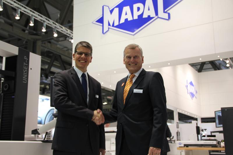 Looking forward to a successful cooperation: Dr. Jochen Kress, member of the executive board MAPAL Präzisionswerkzeuge Dr. Kress KG (left) and Peter Schneck, Managing Director at TDM Systems.
