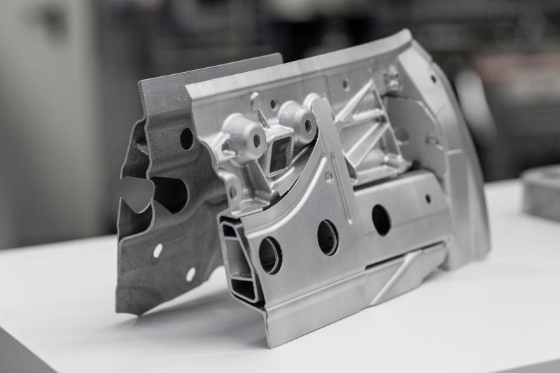 Werkzeuglose Zukunft: Der 3D-Drucker fertigt im Laserschmelz-Verfahren Bauteile aus Metall, die aufgrund ihrer komplexen Geometrien mit konventionellen Verfahren kaum oder nicht herstellbar wären.