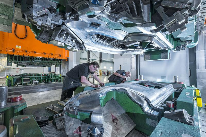 A quadruple challenge: the transformation of automotive tool construction is characterised not least by internationalisation, derivatisation, flexibility and process reliability.