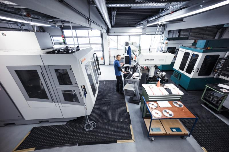 Vollmer as far as the eye can see: For over 40 years now, Schäffer has been using Vollmer machines for sharpening carbide- and PCD-tipped circular saws and precision tools. (Photo: Schäffer)