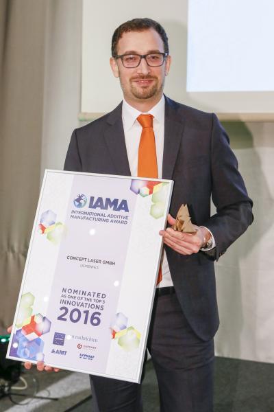 Dr. Florian Bechmann, Entwicklungsleiter bei Concept Laser, nimmt den zweiten 3D-Award entgeben.