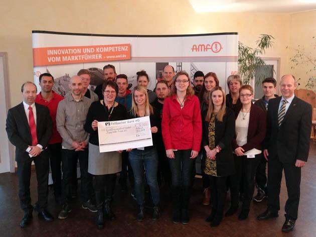 Auszubildende von AMF spenden die Rekordsumme von 12.500 Euro aus der Weihnachtsmarktaktion 2015 für den Stuttgarter Verein Frauen helfen Frauen, der sich um Frauen, Mädchen und Jungen kümmert, die Opfer von Gewalt wurden.