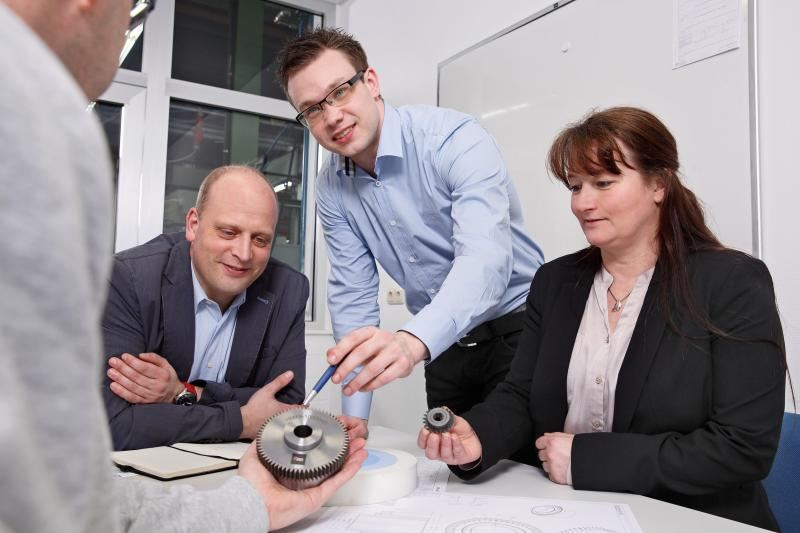 During a DVS TOOLING technology seminar, project engineers, production planners and plant managers discover what influence the VarioSpeedDressing® technology has on the optimisation of gearing surfaces and what opportunities for the development of vehicle gearboxes result from this. Decisive aspects for the optimisation and advanced development of gearing are highlighted.