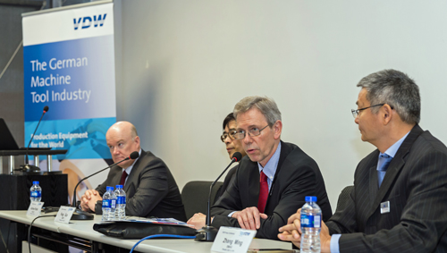 Gerhard Hein, Senior Economist and CCMT Project Executive at the VDW (2nd from right), can report a successful German trade fair participation in China as the most important market for German machine tools.