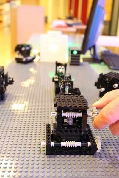 Aus LEGO-Bausteinen und einigen Optiken können funktionsfähige Messgeräte gebaut werden, die besonders junge Menschen spielerisch für Lasertechnologien begeistern sollen.