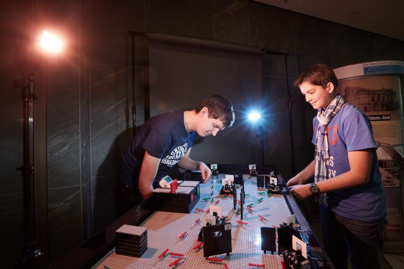 Wer im LEGO-Laserlabyrinth die Laserstrahlen am schnellsten durch den Spiegelparcour lenkt, gewinnt. Und lernt etwas über Aufbau, Strahlführung und Justage eines Lasers.