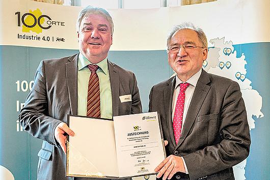 """Vorstand Oliver Winzenried erhält die Auszeichnung """"100 Orte für Industrie 4.0 in Baden-Württemberg"""" von Staatssekretär Peter Hofelich (v.l.n.r.)."""