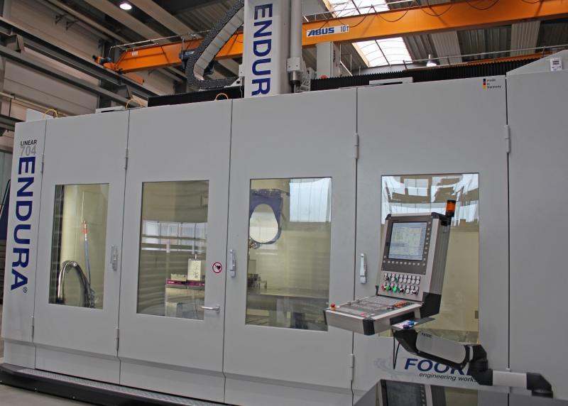 Die Endura 704Linear ist eine 5-Achs-Fräsmaschine in kompakter Portalbauweise mit Linearmotor-Antriebstechnik und fünf CNC-gesteuerten, simultan verfahrbaren Achsen. Aufgrund ihrer sehr vielseitigen Einsatzfähigkeit hat Fooke sie im Vorführzentrum installiert.