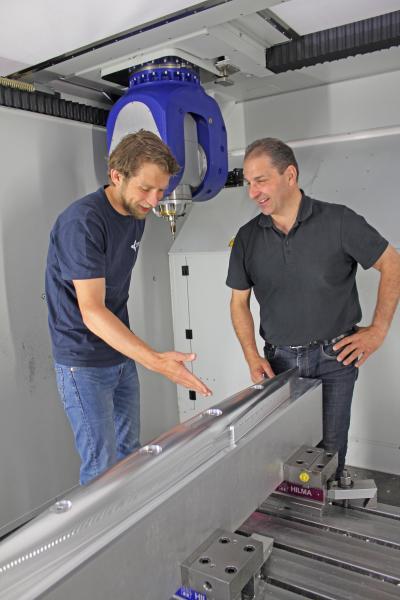 Michael Nagel (links), Leiter Vorführzentrum /Anwendungstechnik bei der Fooke GmbH, und Walter Schmidt, WorkNC-Fachmann bei Vero, freuen sich über die guten Fräsergebnisse. Schließlich zeigt das Flugzeugmodell die Leistungsfähigkeit der Fooke-Maschine, die durch die Programmierung mit WorkNC voll zur Geltung kommt.