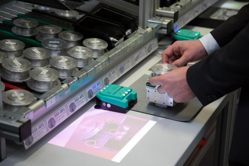 In a digitised production operation, staff can at their workplaces receive video instructions on assembling components, for example.