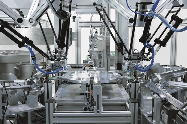 It's the mixture that counts: often, the most energy-efficient solution is a mixture of electric and pneumatic drive technologies, as with many ready-to-install handling systems. Photo: Festo