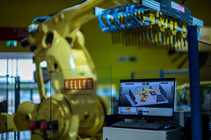 Der Maschinen- und Anlagenbauer Keller (Laggenbeck) hat auf der diesjährigen Automatica eine Applikation mit dem Langarm-Roboter FANUC 2000iA/1700L vorgestellt. Auf dem Bildschirm (Vordergrund) ist die Applikation in der Simulationsumgebung von FASTSUITE Edition 2 von CENIT zu sehen.