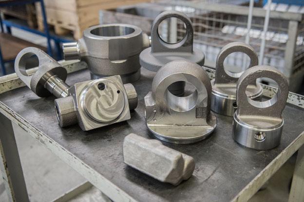 Drei verschiedene Zylinderaugen, vier unterschiedliche Lageraugen, zahlreiche Ventilkörper sowie weitere Elemente der Hydraulikeinrichtung für die Kipper können die Spanntürme aufnehmen.