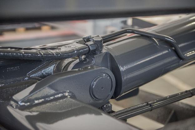 Zylinderaugen werden am Hydraulikzylinder aufgeschweißt und bilden mit einer Öse die bewegliche Verbindung des Zylinders zum LKW-Aufbau.