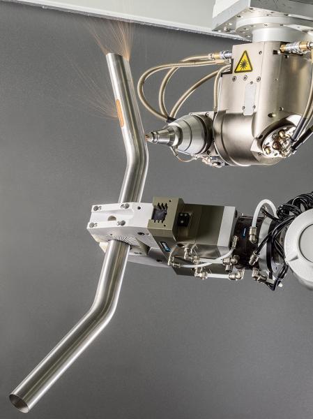 Das von der BLM GROUP entwickelte 5-achsige Laserschneidesystem LT-FREE bietet maximale Flexibilität und Bedienungsfreundlichkeit beim dreidimensionalen Schneiden von Werkstücken verschiedener Formen und Maße. Lochungen und Kappschnitte an gebogenen Rohren, Flach- und Tiefziehblechen, innenhochdruckumgeformten Komponenten sowie geschweißten Montagegruppen lassen sich sehr einfach und genau realisieren. Verschiedene technische Innovationen machen das System jetzt noch leistungsstärker und effizienter.