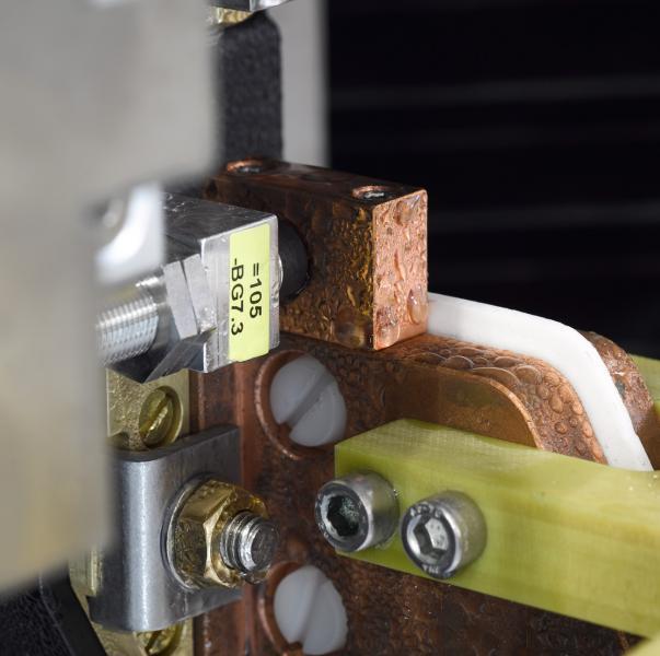 eQC RFID: Der RFID-Chip im Werkzeug wird von einer neuen Schreib-Lese-Einheit mit allen relevanten Daten beschrieben. Zukünftig weiß die Maschine vor Produktionsstart, ob der richtige Induktor für das vorgewählte Bearbeitungsprogramm eingesetzt ist und welchen Zustand er hat.