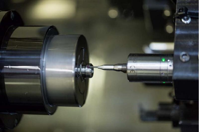 Der Blum-Novotest-Messtaster TC76-DIGILOG arbeitet nach einem bislang einzigartigen Verfahren: Er scannt in der Maschine die gesamte Kontur des Bauteils in Echtzeit ab und gibt die Messdaten digital an einen externen Rechner zum Vergleich mit den Referenzwerten weiter.