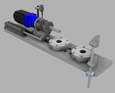 Abbildung Schraubstockstation: An der Schraubstockstation werden die Rohteile in die Spannvorrichtung gelegt. Hierfür werden je nach benötigtem Hub zur Spannung der unterschiedlichen rotationssymetrischen oder rechteckigen Werkstücke verschiedene Schraubstöcke verwendet.
