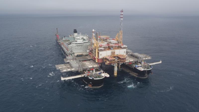 Keine leichte Aufgabe: eine 48000 Tonnen-Plattform aus dem Meer heben