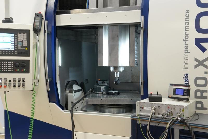 The Fraunhofer IPT examines how a machine component for vertical movements (Z-axis) made of carbon-fibre composites (CFRP) behaves in a new machine tool and how the Z-slide can be optimised.