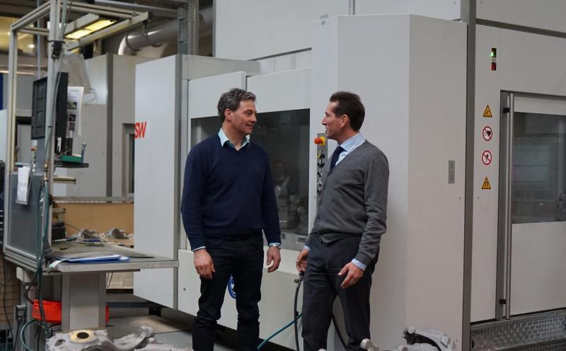 Bereits seit 1994 arbeitet die Schabmüller Automobiltechnik GmbH mit SW zusammen. Aktuell sind 21 SW-Maschinen in einer Halle platziert. 17 weitere folgen innerhalb der nächsten drei Jahre, wenn die zweite Halle sukzessive bestückt wird.