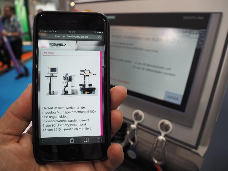Über ein Smartphone oder Tablet lassen sich beim teilautomatisierten ROEMHELD-Montageplatz der aktuelle Produktionsstand und die bereits montierte Stückzahl abrufen