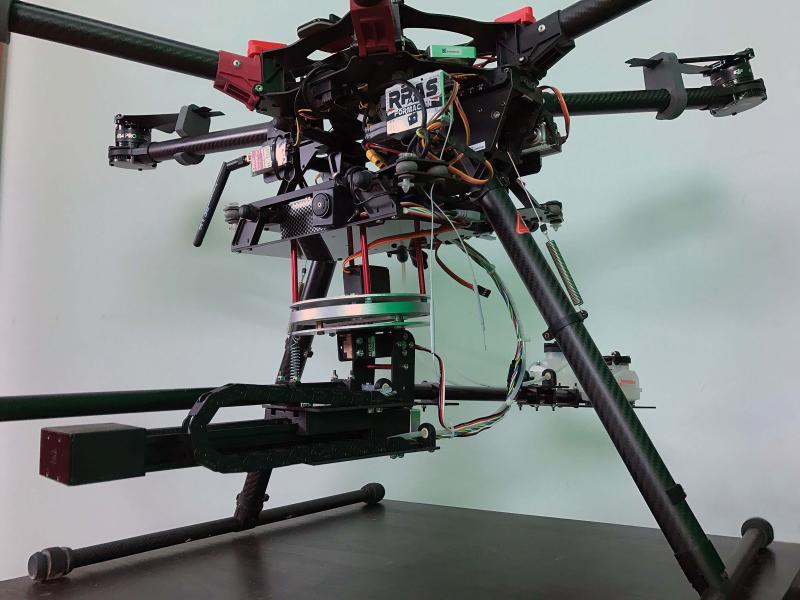 Die Drohne FitoStinger ist unter anderem mit einer extrem leichten und gleichzeitig robusten Carbon-Linearführung von igus (unten links) ausgestattet.