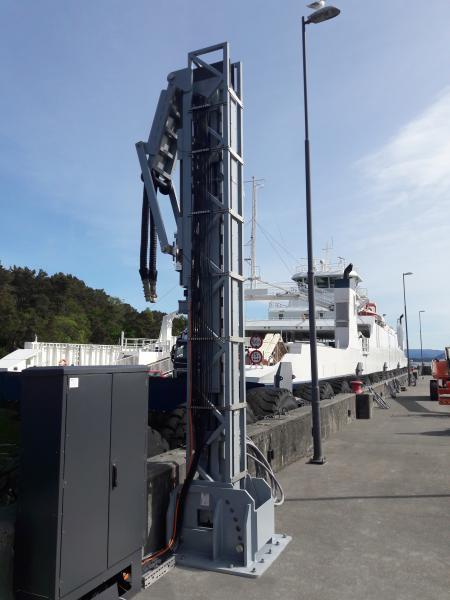 An definierten Anlegestellen installiert ermöglicht der e-chain dispenser die sichere Belieferung von Schiffen mit Energie im Hafen, dank einer ausfahrbaren e-kette und hochflexibler chainflex Leitungen.