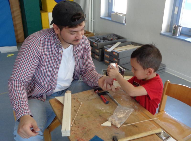 Im Rahmen von KiTec lernten die Kinder des Kindergartens St. Ulrich in Nersingen verschiedene Werkzeuge auf spielerische Art und Weise kennen und bauten mit Hilfe der Auszubildenden von Bosch Rexroth in Elchingen u.a. Flugzeuge, Autos und Häuser