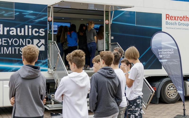 Industriehydraulik kommt an die Schule: Der Hydraulik-Truck von Bosch Rexroth öffnete erstmals seine Türen für Schülerinnen und Schüler aus der Region.