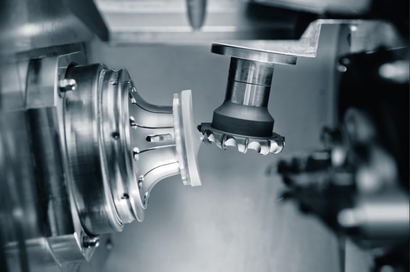 Jedes Brillenglas ein Unikat: PKD-Werkzeuge von LMT Tools fräsen exakt nach Angaben des Augenarztes die erforderlichen Freiform-Geometrien in den Kunststoff. Quelle: Satisloh AG, Maschine: VFT-macro